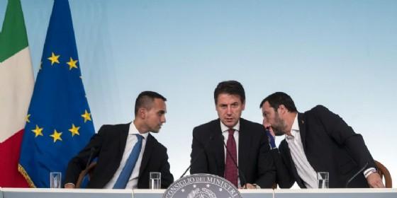 Il premier Giuseppe Conte con i due vicepremier Luigi Di Maio e Matteo Salvini in conferenza stampa dopo il Cdm sulla Finanziaria