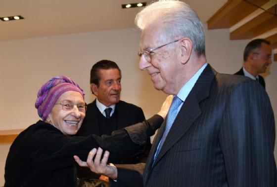 """Emma Bonino con l'ex presidente del Consiglio Mario Monti in occasione della conferenza """"Europa: miraggio o realtà?"""" all'Università Bocconi"""