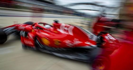 Sebastian Vettel esce dal box