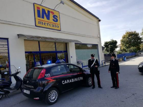 Uomo armato di pistola entra nel supermercato: carabiniere fuori servizio fa arrestare rapinatore