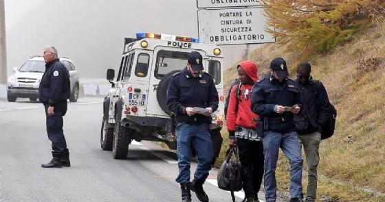 Migranti respinti dalla gendarmeria francese al confine riportati in Italia a Claviere, Torino