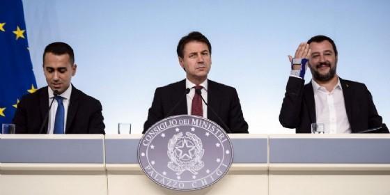 Il presidente del Consiglio Giuseppe Conte con Luigi Di Maio e Matteo Salvini