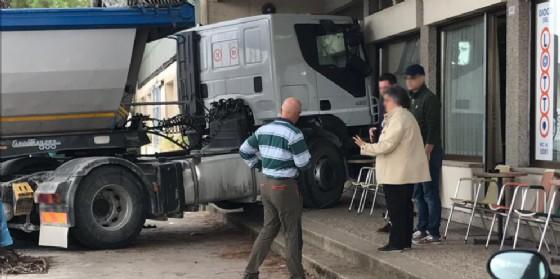 Il camion prima centra il furgone e poi si schianta sulla vetrina del bar