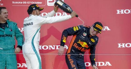 Lewis Hamilton e Max Verstappen festeggiano il podio