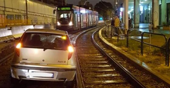 Auto «parcheggiata» sui binari del 4: il tram non può passare