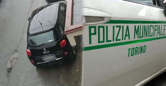 Tampona un'auto in corso Massimo d'Azeglio e scappa: «Cerchiamo testimoni»