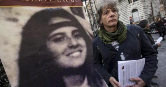 Pietro, il fratello di Emanuela Orlandi, con una immagine della sorella durante un sit-in in piazza San Pietro nel 2011