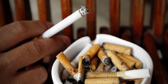 Un posacenere pieno di sigarette