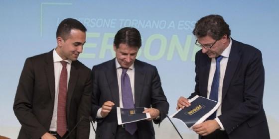 Il vicepremier e ministro del Lavoro e dello Sviluppo Economico Luigi Di Maio con il premier Giuseppe Conte e il sottosegretario Giancarlo Giorgetti