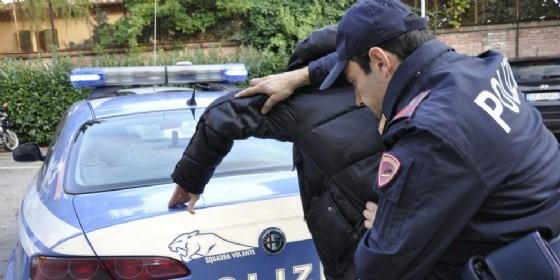 Spari in pieno giorno in corso Lecce: polizia esplode colpi in aria per fermare due malviventi