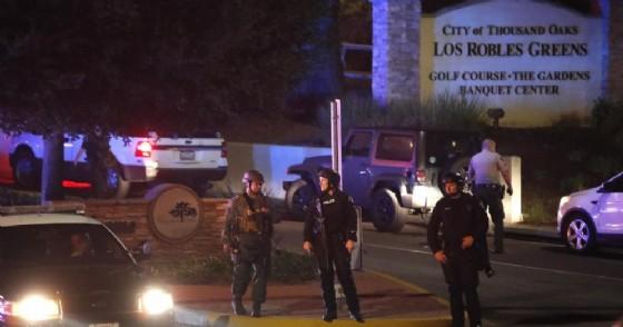 Gli agenti di polizia presidiano la strada verso il Borderline Bar and Grill dove si è svolta la sparatoria a Thousand Oaks, California