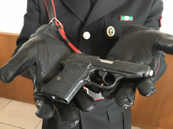 Modificava le pistole ad uso sceniche e le rendeva vere: arrestato un artigiano delle armi