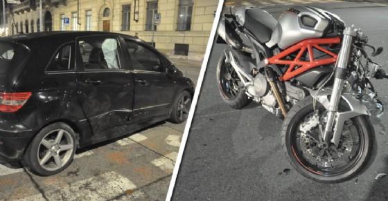 Scontro tra auto e moto in corso Re Umberto, biker in codice rosso in ospedale: è grave