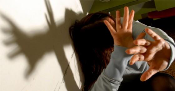 Picchia la fidanzata, poi chiama la polizia e confessa: «L'ho presa a schiaffi»