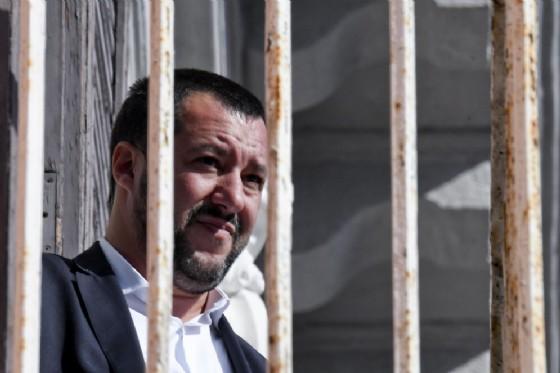 Matteo Salvini da un balcone della Prefettura a Napoli