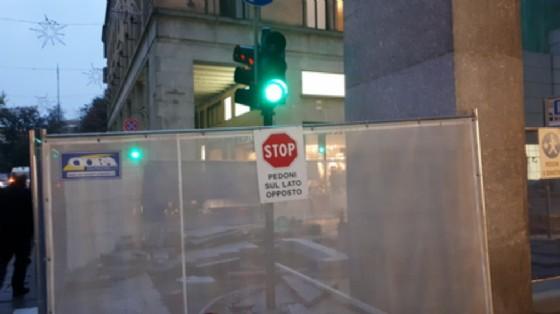 Via Roma, e luce fu: riacceso il semaforo all'angolo con via Gramsci