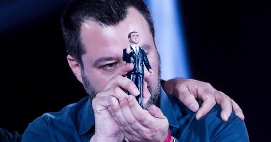 Il ministro dell'Interno e vicepremier Matteo Salvini mostra la statuetta del ministro del Lavoro dello Sviluppo economico e vicepremier Luigi Di Maio