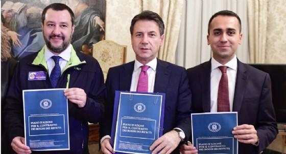 Il vicepremier Matteo Salvini, il presidente del Consiglio Giuseppe Conte e il vicepremier Luigi Di Maio durante la firma del protocollo a Caserta