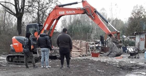 Ruspe in via Germagnano: la Municipale abbatte le baracche abusive del campo rom