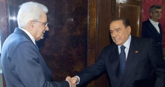 Il presidente della Repubblica Sergio Mattarella stringe la mano al leader di Forza Italia, Silvio Berlusconi