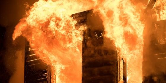 La casa va a fuoco: intossicato un 54enne