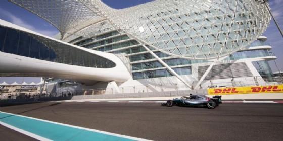 Lewis Hamilton in azione nel circuito di Yas Marina