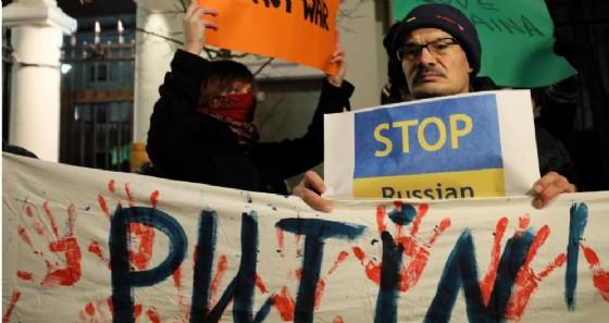 Le proteste davanti all'ambasciata russa di Varsavia, in Polonia