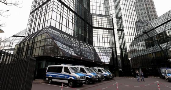 I mezzi della polizia tedesca parcheggiati davanti al quartier generale di Deutsche Bank a Francoforte