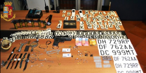 Blitz al campo nomadi di Ivrea: sequestrati pistole e stemmi della Polizia contraffatti