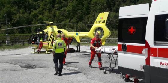 Cade da un'altezza di 5 metri: uomo soccorso dall'elicottero del 118