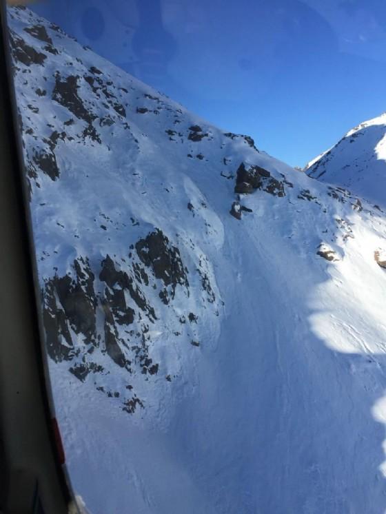 Il canale che scende dalla Punta Cristalliera da cui sono precipitati i due alpinisti