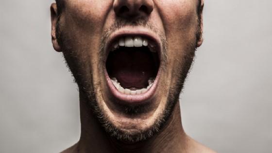 «Stanze della rabbia»: entra e spacca tutto