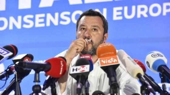 Matteo Salvini bacia il crocifisso
