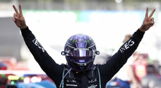 Lewis Hamilton vince il Gran Premio di Spagna dopo una battaglia fantastica con Max Verstappen