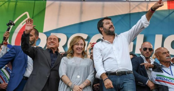 Silvio Berlusconi, Giorgia Meloni e Matteo Salvini durante una manifestazione del centrodestra a Roma