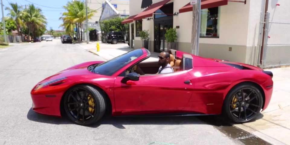 Molto più sobria la Ferrari 458 Spider con cui va a comprare il giornale la mattina