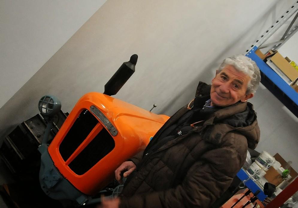 Clerico con il vecchio trattore Lamborghini