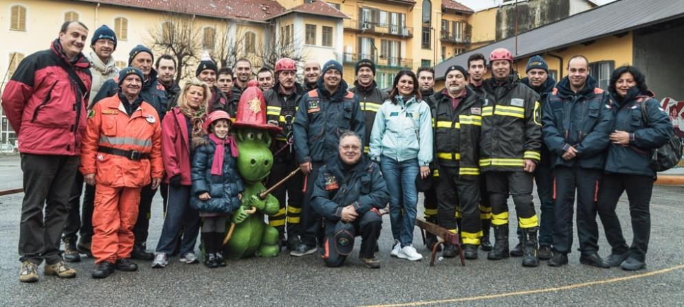 Nella foto volontari e vigili del fuoco durante la festa della «Banca del giocattolo»