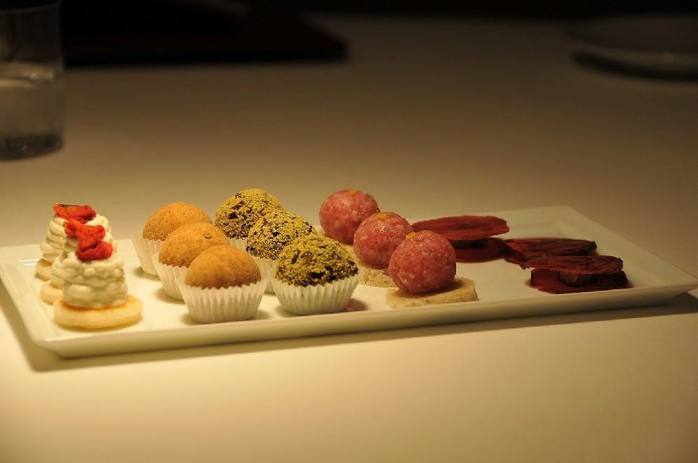 L'assortimento di snack serviti con l'aperitivo