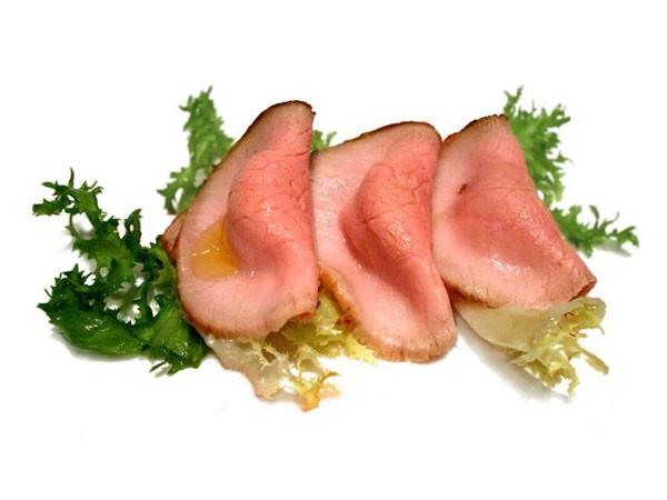 Il vitello tonnato, dove però la salsa è all'interno e in egual quantità per ogni fetta di carne