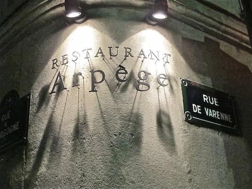 L'insegna all'angolo tra Rue Varenne e Rur Bourgogne