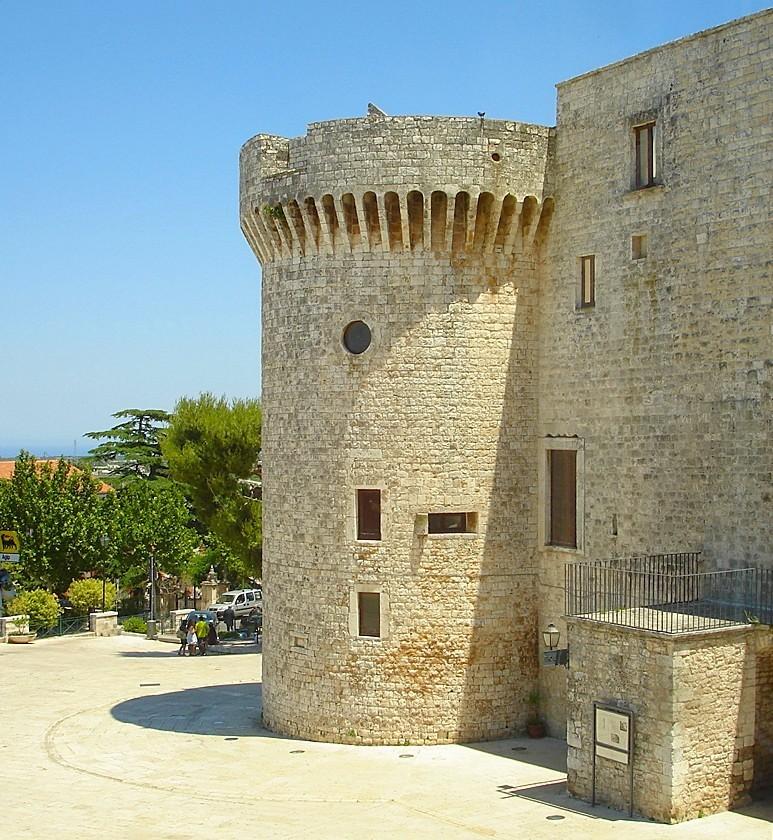 Uno scorcio delle mura del Castello Normanno di Conversano (BA)