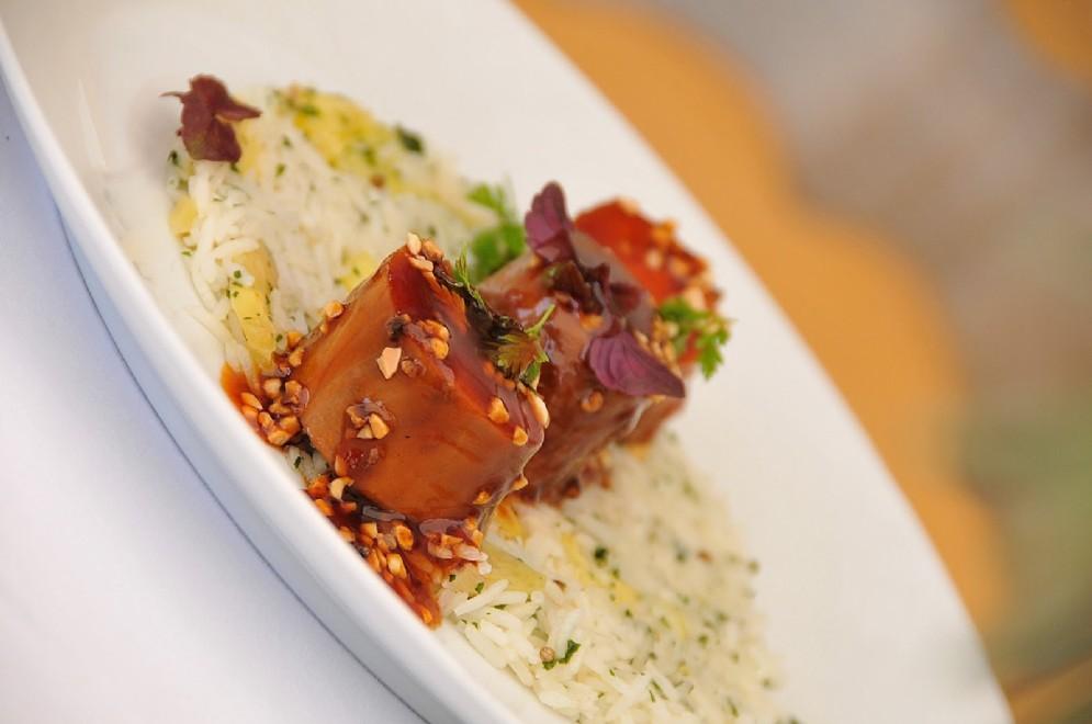 Maialino di Bigorre, peperoni d' Espelette, riso alla Spagnola e salsa d'arachidi