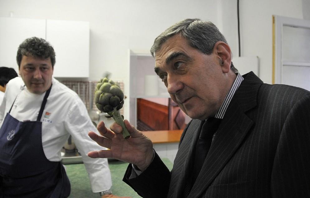 Un raro carciofo di Perinaldo, tra lo chef Flavio Costa del 21.9 di Albissola Marina e il Patron Giacomo Ruffoni de La Conchiglia di Arma di Taggia