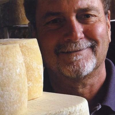 Mauro Albertini con i suoi adorati formaggi