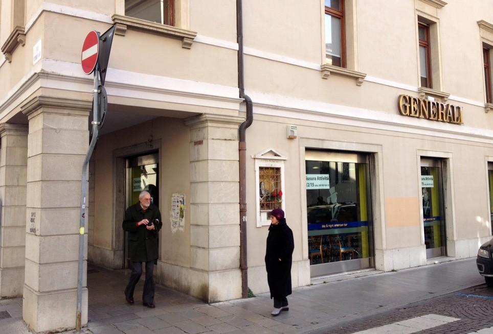 L'american bar all'angolo tra Via Vittorio Veneto e piazza Duomo