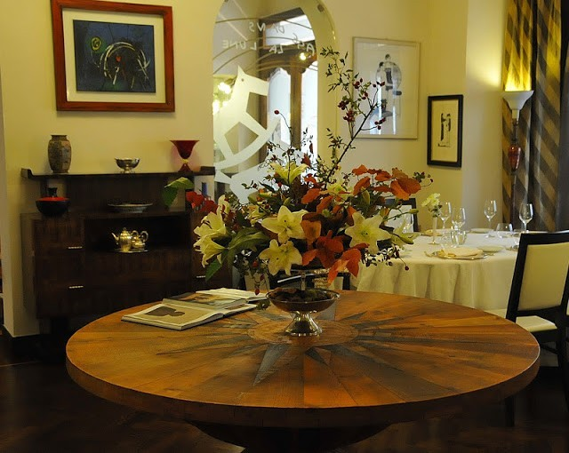 Il tavolo di Ceroli, tra mille altri pezzi d'arredamento di pregio