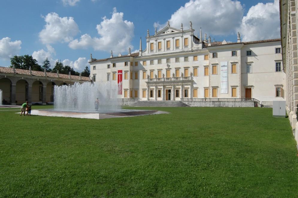 La facciata della vicina Villa Manin