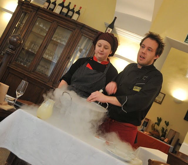 Preparazione del gelato al tavolo, usando l'azoto