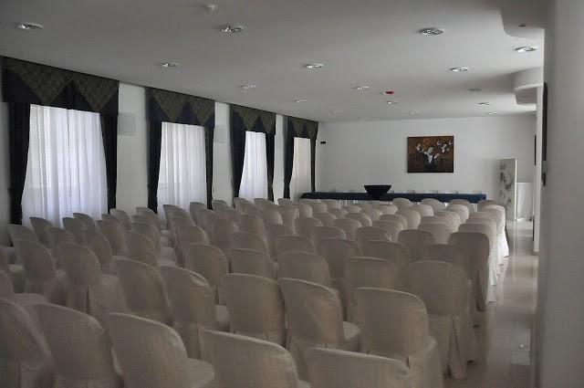L'ampia sala convegni
